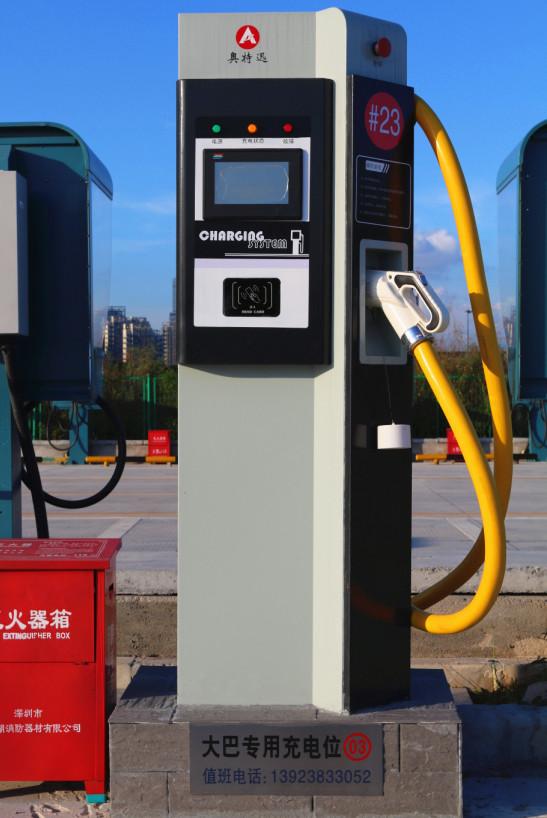 2016年1月19日,奥特迅望海路充电站正式试运行。奥特迅望海路充电站坐落于深圳市南山区望海路北与中心路东交接处公益停车场内,临近深圳湾运动公园,交通便利,环境优美。        充电站面积约1200平方米,总功率1300kW,共建充电桩24台,其中包括电动大巴车充电桩4台,乘用车交直流充电桩20台。可同时为24台符合国家充电接口标准的电动轿车、电动出租车、电动巴士等电动交通工具进行充电。    充电站营业时间:全天24小时营业    充电执行标准:充电接口:GB/T20234;通信协